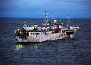 800px-US_Navy_090817-G-6414E-003_u_Feng,_a_Taiwanese-flagged_fishing_vessel_suspected_of_illegal_fishing_activity,_moves_through_the_water